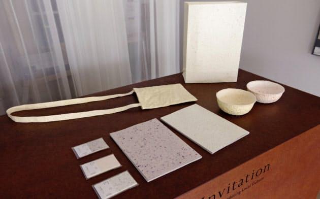 野菜や果物から作った紙製品は色や模様などに素材の風合いが出る