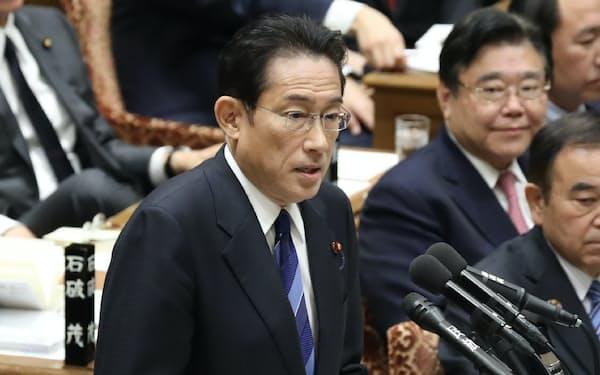 安倍首相に質問する自民党の岸田政調会長(3日、衆院予算委)