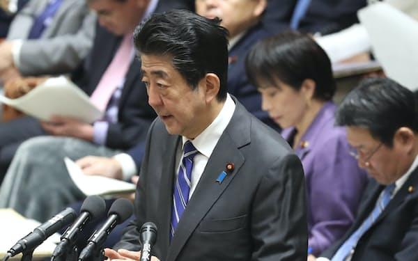 衆院予算委で新型肺炎への対応について答弁する安倍首相(3日)