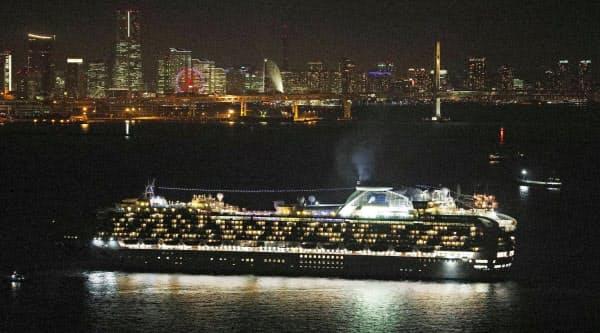 横浜市沖に到着したクルーズ客船「ダイヤモンド・プリンセス」(3日午後8時9分)=共同