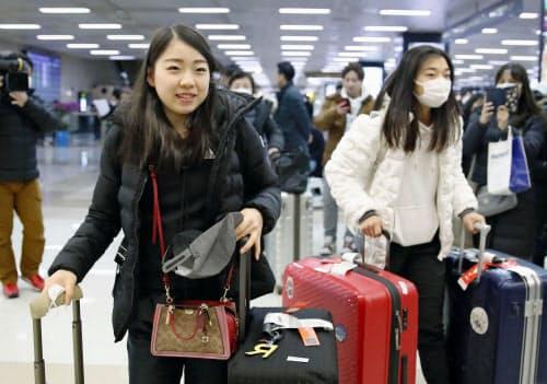 フィギュアスケート四大陸選手権のためソウルに到着した紀平梨花(左)と坂本花織(3日)=共同