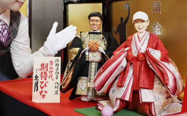 久月が公開したNBA、ウィザーズの八村塁選手(左)と女子ゴルフの渋野日向子選手をモデルにした「今年の期待びな」(4日午前、東京・浅草橋)=共同