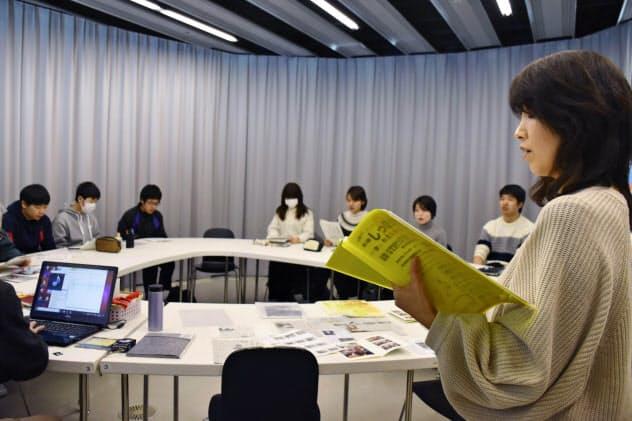 東日本大震災の伝承を考えようと原爆投下を題材にした絵本の朗読会を企画し、学生らと練習する奥村志都佳さん(手前右端)(1日、仙台市)=共同