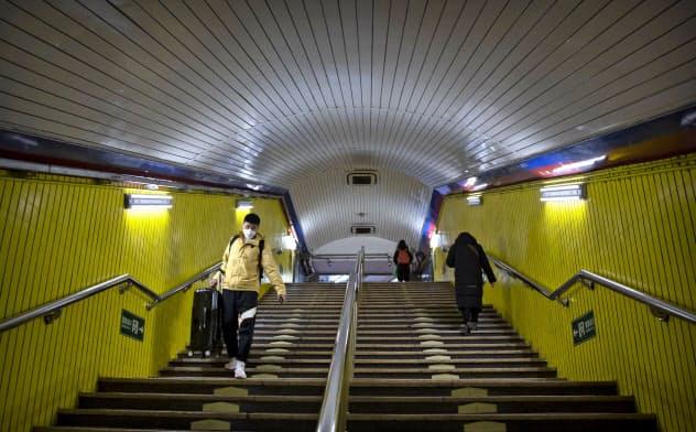 3日、新型肺炎の影響で閑散とした北京の地下鉄構内=AP