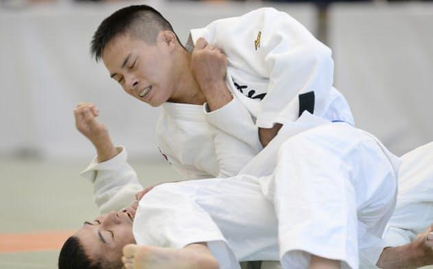 第34回全日本視覚障害者柔道大会男子66kg級で優勝した瀬戸(上)