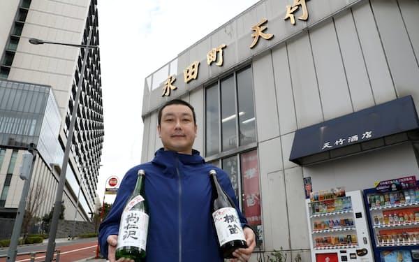 地酒を手にする天竹酒店の荻原弘樹さん。東京ではなかなか手に入りにくい地方のお酒もあるそう