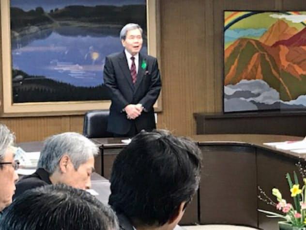 新型肺炎の対策本部会議に出席した蒲島知事(中)(4日、熊本県庁)