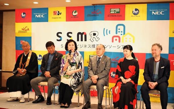 NECなどの会見に出席した俳優の橋爪功さん(右から3人目)、高畑淳子さん(同4人目)ら