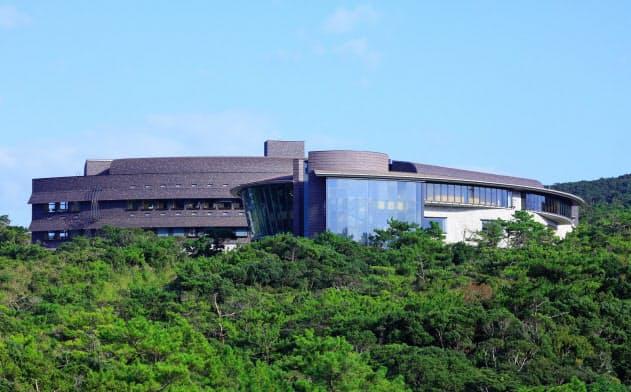 高台に立つ沖縄科学技術大学院大学の研究棟(OIST提供)