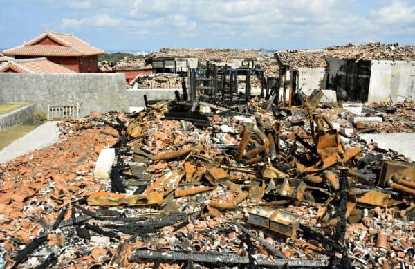 火災で全焼し、赤瓦や配管などが散乱した首里城の鎖之間(4日、那覇市)=共同
