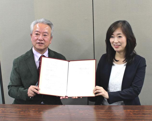 資本業務提携を発表した静岡銀行の大橋弘常務執行役員(左)と、ふじのくに物産の西村やす子社長(4日、静岡市)