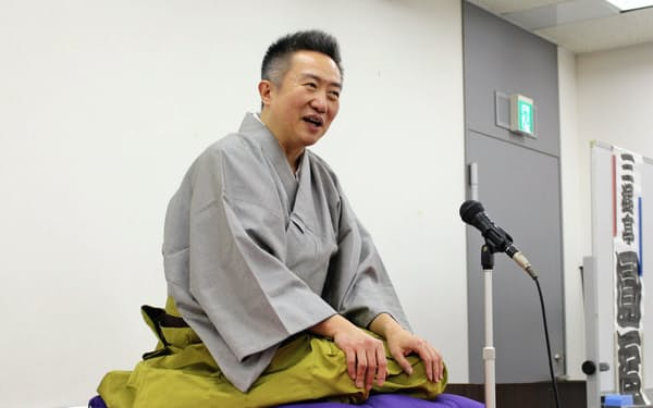 新作の「統計早慶戦」をネタおろしする三遊亭円福(1月31日、東京・新宿)