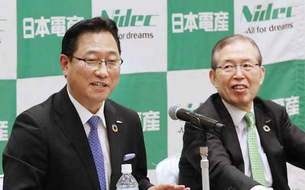記者会見する日本電産の関次期社長(左)と永守会長兼CEO(4日午後、京都市中京区)