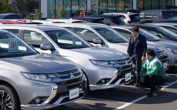 電動車の中古車市場で「アウトランダーPHEV」が人気(東京都八王子市のガリバー八王子みなみ野店)