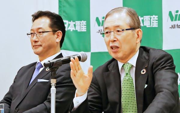 記者会見する日本電産の永守会長兼CEO(右)と関次期社長(4日午後、京都市中京区)