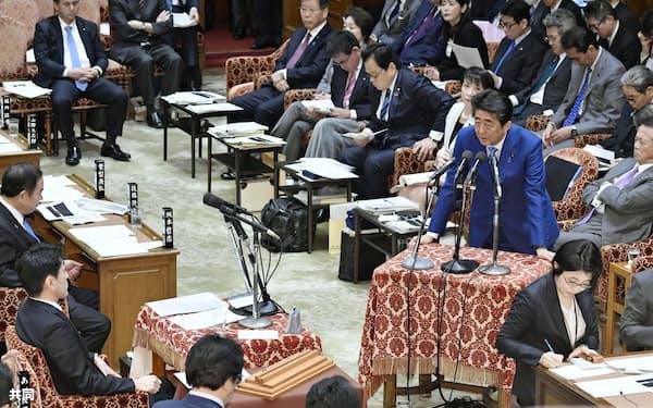 衆院予算委で黒岩宇洋氏(左手前)の質問に答える安倍首相=共同