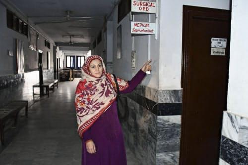 パキスタン北西部ペシャワルの病院跡地で、中村哲さんの部屋だった場所を示すスルタナさん(1月29日)=共同