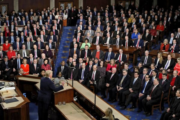 4日、米連邦議事堂で一般教書演説をするトランプ大統領(手前、ワシントン)=AP