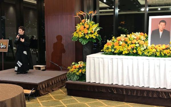 「橋本治さんを偲ぶ会」で思い出を語る歌手の加藤登紀子さん