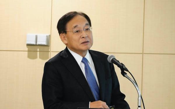 中計を発表する帝人の鈴木社長(5日、東京都内)