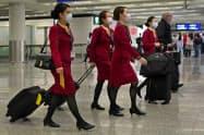 キャセイパシフィック航空などの運休が相次ぐ(マスク姿の客室乗務員)=AP