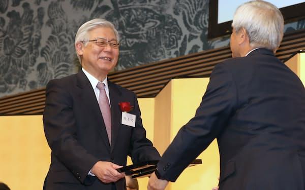 最優秀賞・日本経済新聞賞を受賞したNECの新野社長(5日、東京都港区)