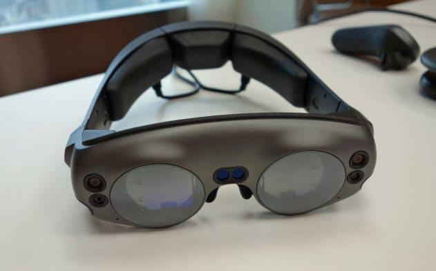 米マジックリープの第1世代のデバイス。頭や眼への負担が少ない点が強みという