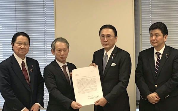 5日、提言を政府に提出する古屋圭司会長(右から2人目)