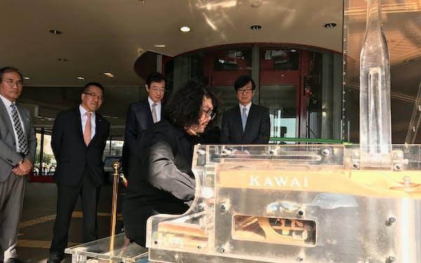 神戸港の「かもめりあ」に設置されたストリートピアノで演奏するピアニスト、崎谷明弘さん(4日)