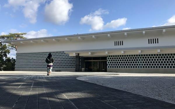 本館は吉田五十八が設計し、なまこ壁をイメージさせる外観だ