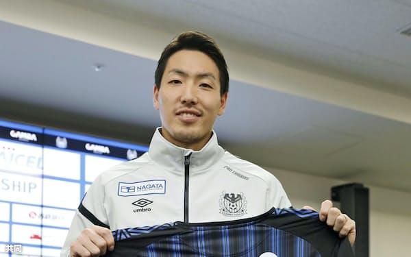 J1のG大阪に移籍し、ユニホームを手にする昌子源(5日、大阪府吹田市)=共同