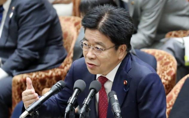 衆院予算委で答弁する加藤厚労相(5日)