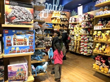 米ディズニーは店頭で「男の子向け」「女の子向け」の表示をやめた(ニューヨーク市内)