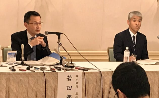 記者会見する日銀の若田部昌澄・副総裁(左)と堂野敦司・松山支店長(5日、松山市)