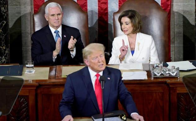 一般教書演説をするトランプ米大統領(中央)の背後で演説に不服そうなしぐさをみせる民主党のペロシ下院議長(右)=ロイター
