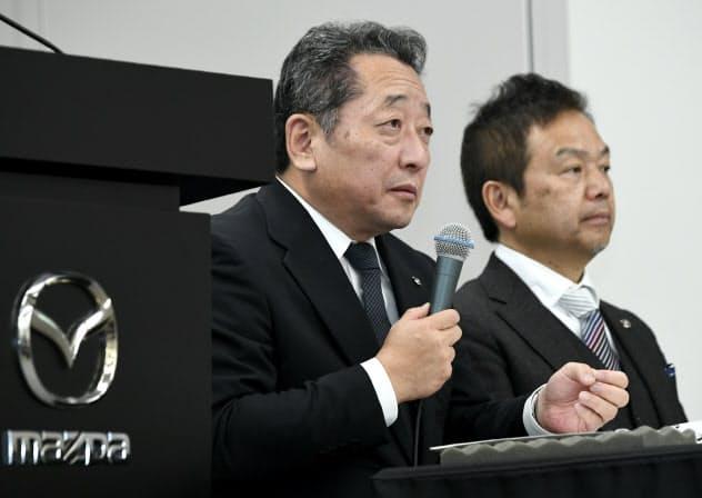 決算発表するマツダの藤本哲也常務執行役員(左)ら(5日、東京都港区)