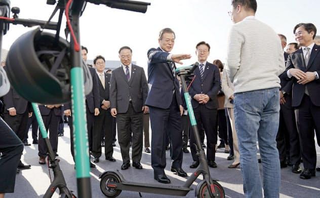 文政権は新産業育成のために振興策を相次ぎ打ち出している(19年10月の企業視察)=韓国大統領府提供