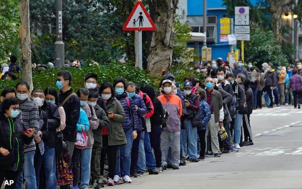 5日、香港でマスクを買うため列をつくる人々=AP
