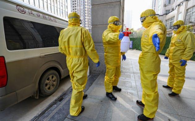 消毒をする葬儀場の従業員たち(1月30日、湖北省武漢市)=ロイター