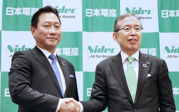記者会見で握手する日本電産の関次期社長(左)と永守会長兼CEO(4日午後、京都市中京区)