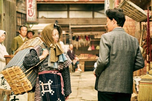 小池栄子(左)は舞台版に続いて怪力のキヌ子にふんする(C)2019『グッドバイ』フィルムパートナーズ