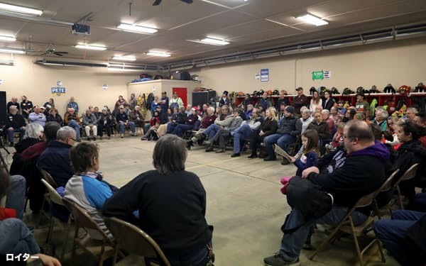 3日、アイオワ州ケロッグで開かれた民主党の党員集会=ロイター