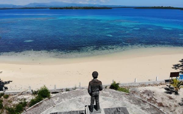 対岸のモロタイ島の上陸地点を見つめるように建てられたマッカーサー像(ズムズム島)