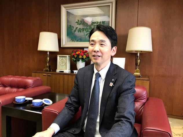 インタビューに答える藤沢頭取(青森市のみちのく銀本店)