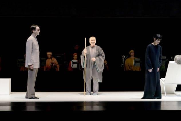 楽器奏者と聴衆とで、色の無い舞台を向かい合って挟む=井上 嘉和撮影
