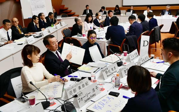 討議する関西財界セミナーの出席者ら(6日午後、京都市左京区)