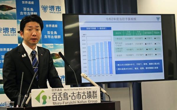 2020年度当初予算案を説明する永藤英機・堺市長(6日、堺市役所)
