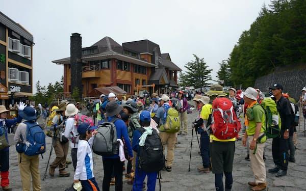 富士山の麓から5合目までをLRTで結ぶ構想の骨子案が了承された(大勢の観光客でにぎわう5合目)