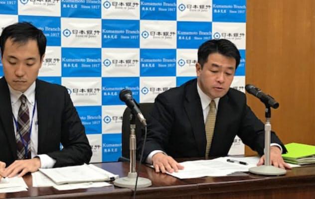 記者会見する日銀熊本支店の中村武史支店長(右、6日、熊本市)