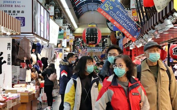 マスク姿の人が目立つ大阪市の黒門市場(4日)